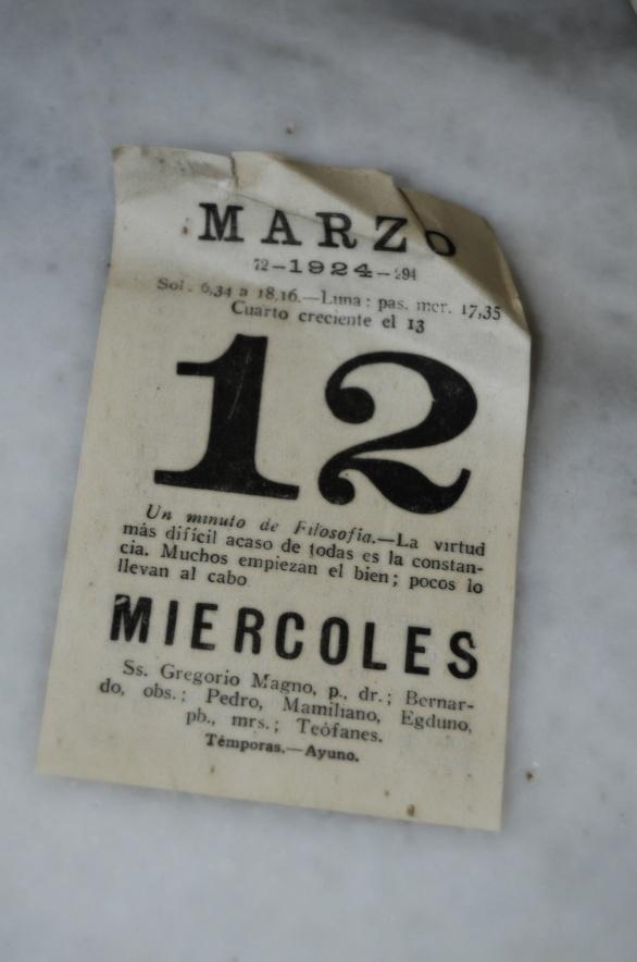 un hoja perdida de un calendario de 1924 encima de una mesa