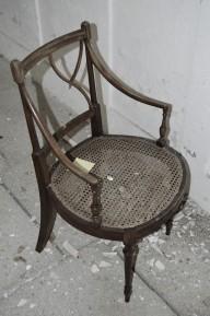 sólo una silla en medio de la ruina