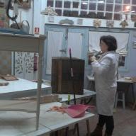 Marga trabajando en su baúl