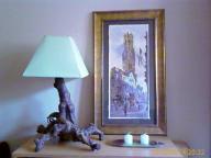 lámpara con pie de raíz de madera